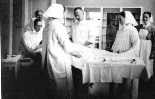 Schwestern im Operationssaal mit dem Chirurgen Dr. Schmidt, der die Sterilisationen im Rotenburger Diakonissenkrankenhaus durchführte (Slg. Klaus Brünjes)