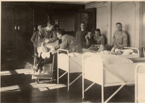 Fotos von 1935, entstanden auf Station 13 im Werner-Haus. Wenige Jahre später waren die besonders hilfebedürftigen Insassen von der Verlegung in sogenannte Zwischenanstalten und Tötungsanstalten bedroht. (Fotos von Henry Holze, Slg. Klaus Brünjes)